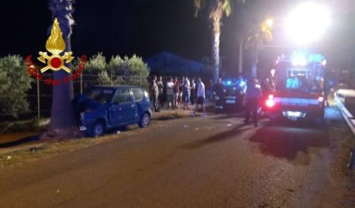 Incidente nella notte a Cropani Marina: auto impatta contro un albero: feriti due giovani