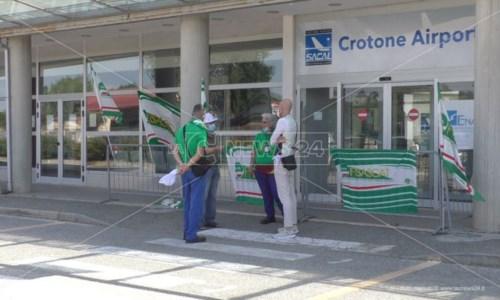 Aeroporti, addetti alle pulizie senza stipendio da mesi: sit-in di protesta a Lamezia e Crotone