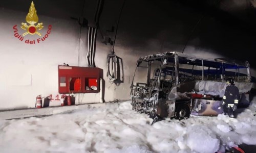 Autobus prende fuoco in galleria: autista mette in salvo 25 bambini
