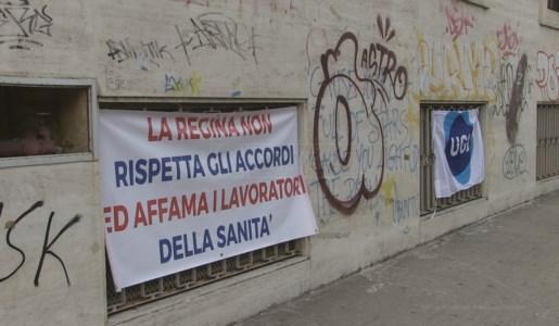 Cosenza, protesta davanti l'Asp dei sanitari delle strutture private: «Vogliono pagarci una volta l'anno»