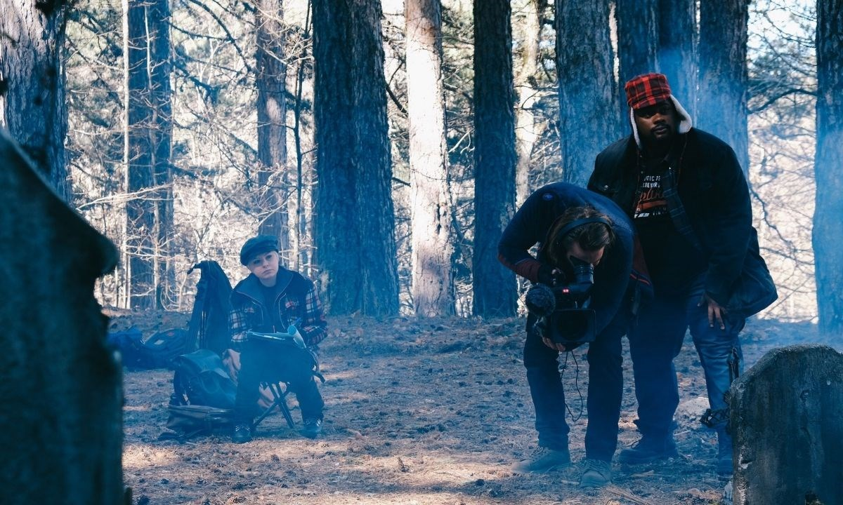 Un momento delle riprese nei boschi della Sila