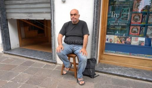Il titolare Pasquale Lanzillotti durante la sua protesta