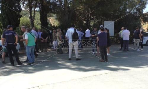 Rifiuti a Crotone, sindaci presidiano discarica Columbra: «Qui le altre province non scaricheranno»
