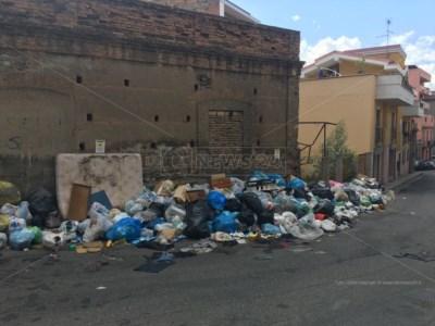 Reggio Calabria, rifiuti davanti a negozi e scuole: interi quartieri in emergenza igienico-sanitaria