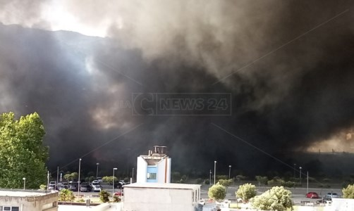 Incendio ScordovilloLamezia, rogo al campo rom: il tavolo tecnico latita e i dati da satellite preoccupano