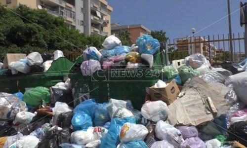 Doppia emergenza a Crotone: montagne di rifiuti per strada e rubinetti a secco