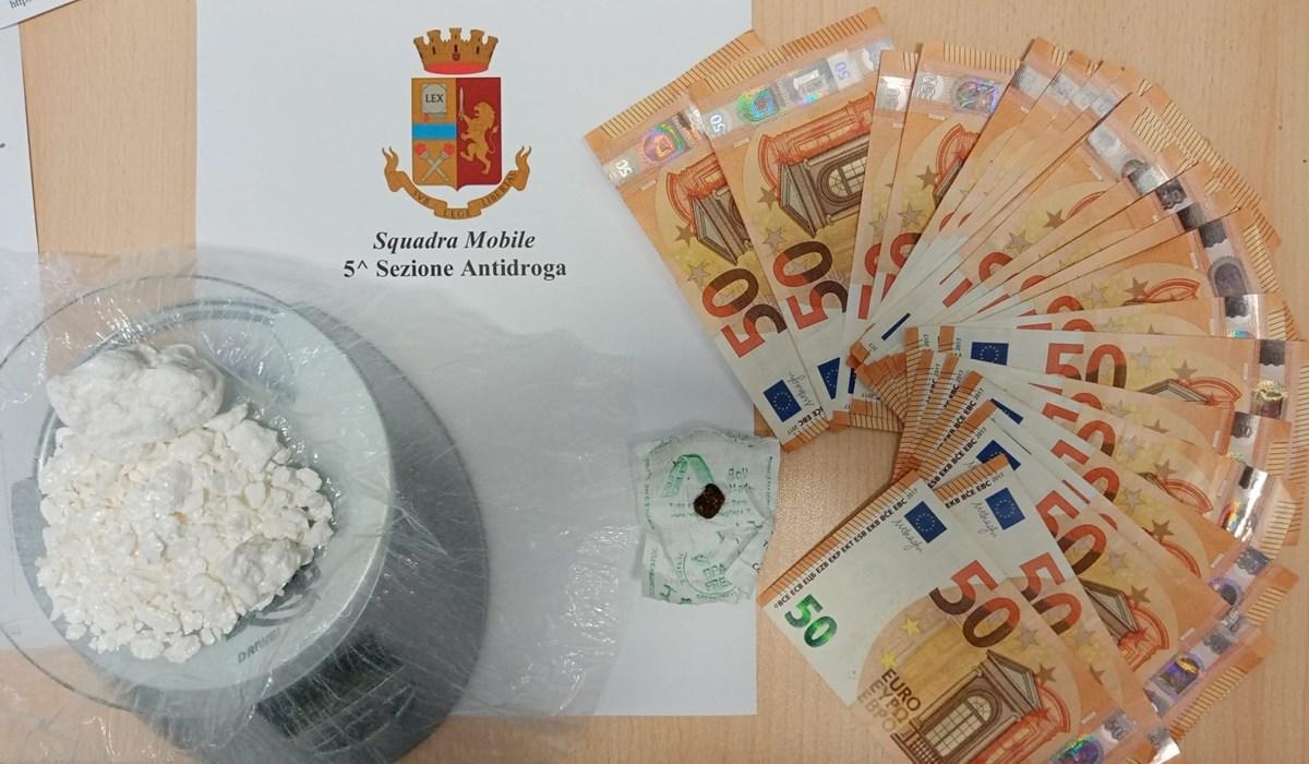 La droga e il denaro sequestrati dalla polizia