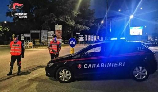 Fuggono per le vie di Cosenza con il registratore di cassa di un bar: arrestati dai carabinieri