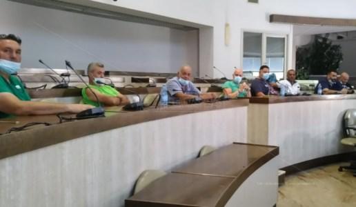 Rifiuti Crotone, lavoratori dell'ex società Akros occupano la sala consiliare del Comune