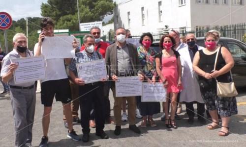 Crotone, i pazienti oncologici non mollano: «Riaprite il reparto di Medicina nucleare»