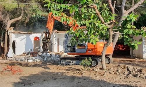 Villette abusive a Stalettì, iniziate questa mattina le operazioni di demolizione