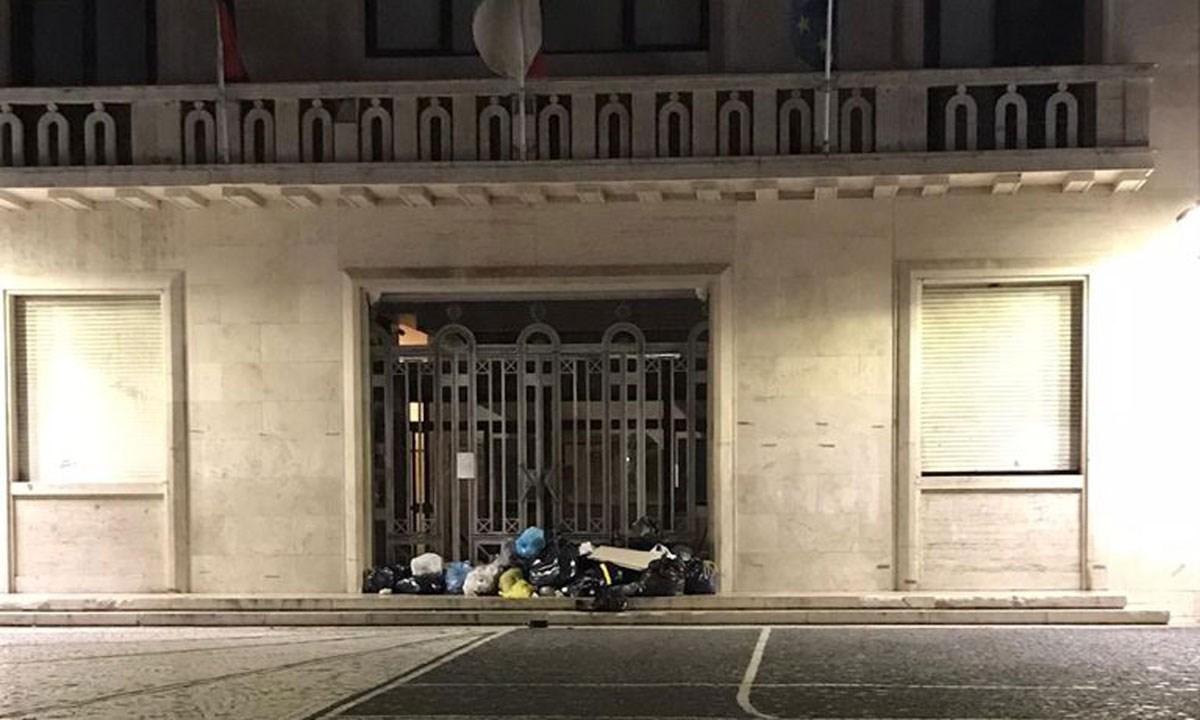 La spazzatura davanti al palazzo comunale di Crotone (Foto da Facebook)