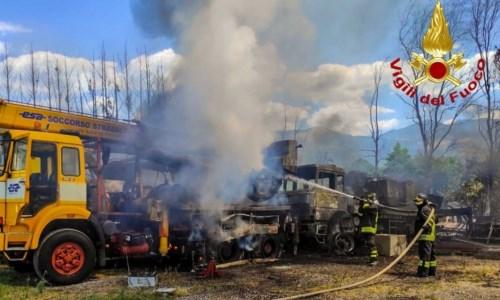 Laino Borgo, incendio in un officina: diversi i mezzi distrutti dalle fiamme