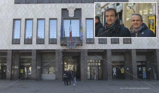 Palazzo dei Bruzi e, nel riquadro, Mario Occhiuto e Giuseppe Cirò