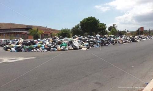 Emergenza rifiutiCrotone, ordinanza del sindaco: la spazzatura sarà raccolta e stoccata fuori città