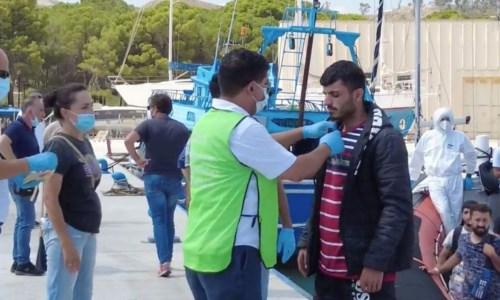 Uno dei migranti sbarcati a Roccella oggi pomeriggio