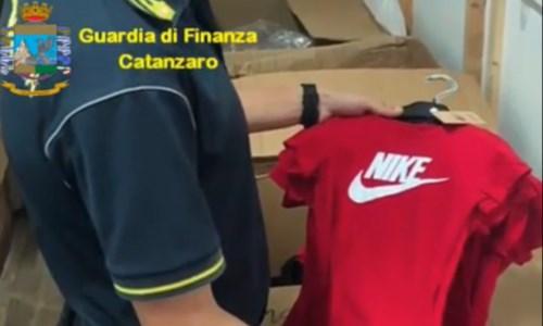 Vendevano abbigliamento Gucci, Nike e Dior contraffatto: sequestrati a Lamezia 6mila capi