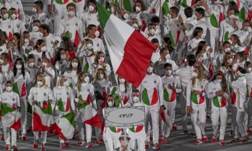 L'ingresso nello stadio Nazionale di Tokyo della delegazione italiana