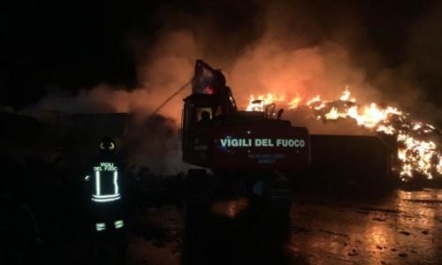 I vigili del fuoco impegnati nello spegnimento nel corso della notte