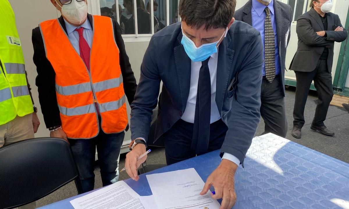 Domenico Pallaria alla firma del contratto