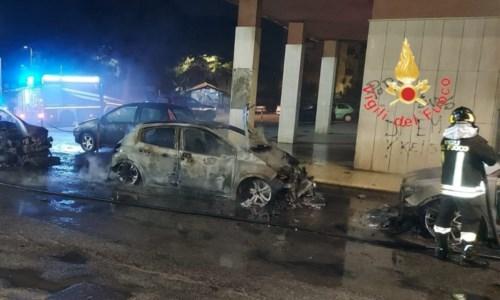 Fiamme notturneNotte di fuoco a Catanzaro: quattro auto distrutte da un incendio