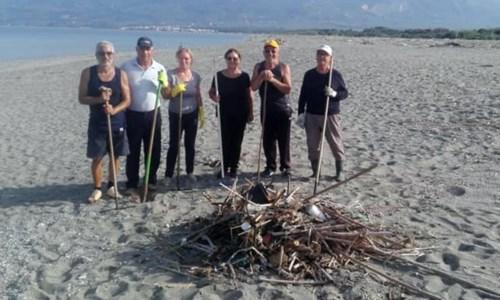 IniziativeLamezia, cittadini costretti a pulire da soli la spiaggia contro l'inerzia del Comune