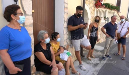 Clienti assembrati in attesa di entrare alle Poste