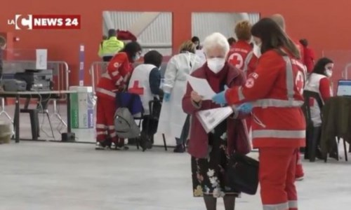 """Emergenza CovidLa Croce rossa si """"ritira"""" dai centri vaccinali: strutture a caccia di personale per proseguire la campagna"""