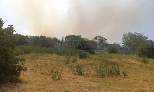 Abitazioni minacciateRende, bruciano ancora le colline di Sant'Agostino: residenti infuriati
