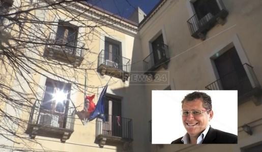 Il Comune di Belvedere Marittimo e, nel riquadro, l'ex assessore Vincenzo Cristofaro