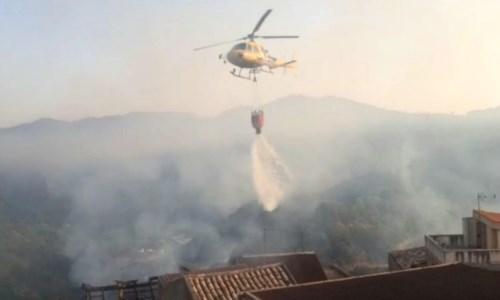 L'emergenzaIncendi Calabria, 98 roghi in 24 ore: 76 squadre impegnate nelle operazioni di spegnimento