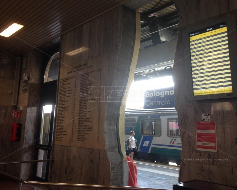Stazione di Bologna con monumento con nomi delle 85 vittime della strage del 2 agosto del 1980