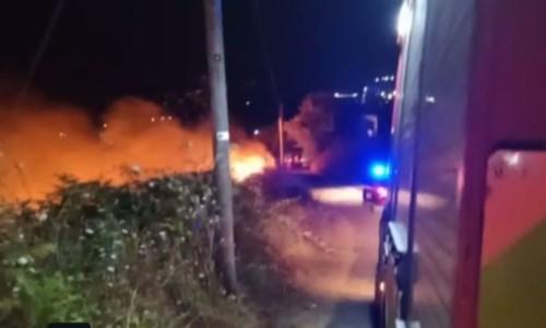 L'incendio sulla collina che sovrasta la stazione