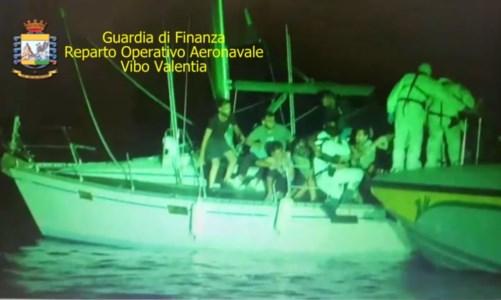 Nuovo sbarcoMigranti, individuata barca che tentava di approdare nel Crotonese: fermato scafista