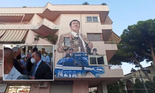 Il murales inaugurato a Diamante e, nel riquadro, Gratteri e Giannini