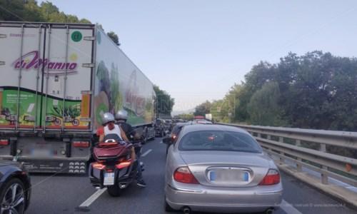 Code sotto il soleIncidente sull'A2 nel Cosentino: traffico bloccato e un ferito trasportato in ospedale