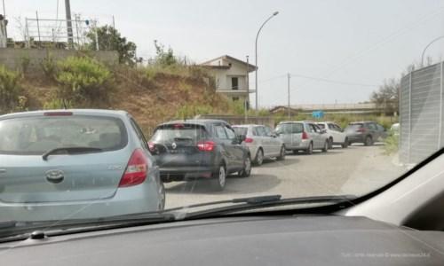 La fila di auto in attesa