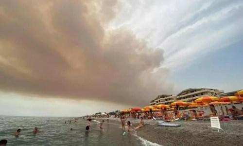La Calabria bruciaIncendi, i boschi calabresi bruciano e il fumo copre il cielo sopra le spiagge