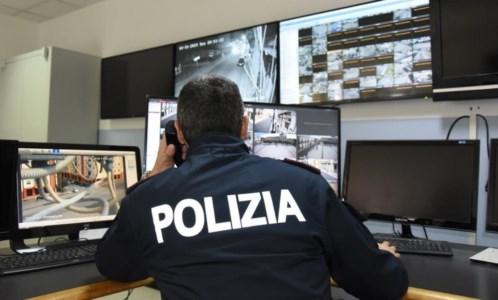 Reggio Calabria, per estorcere denaro incendia la porta di casa di due anziani: arrestata