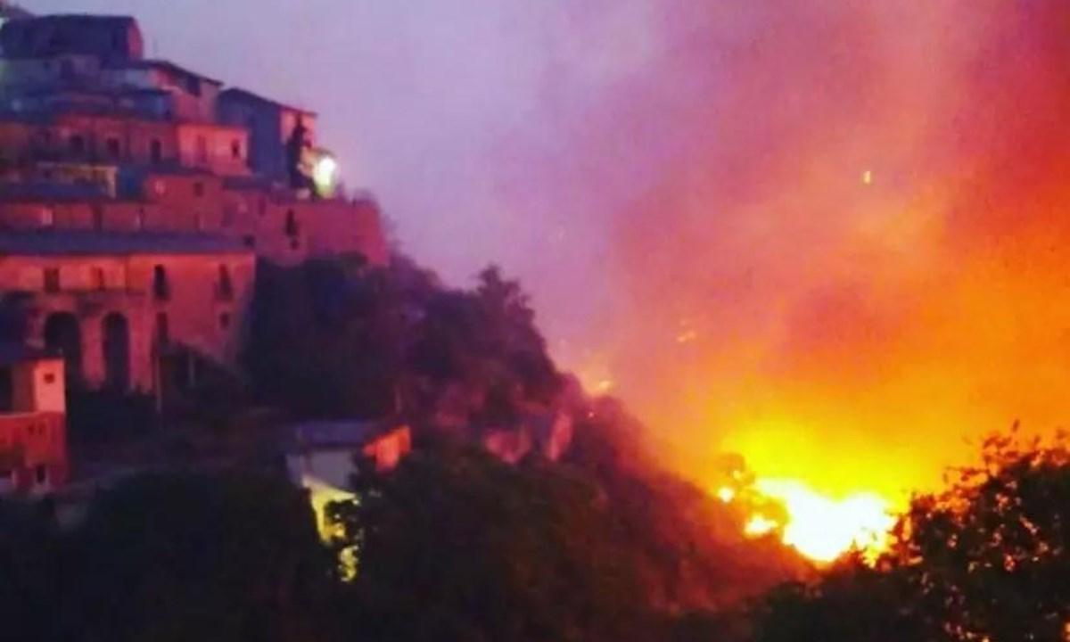 Le fiamme minacciano Grotteria