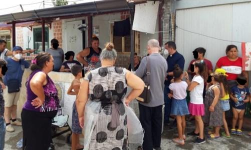 L'incontroCampo rom, la Caritas tra le baracche di Scordovillo: «C'è ancora molto da fare»