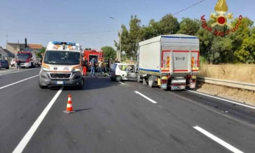 Sangue sulle strade calabresiTragico incidente lungo la statale 106 a Camini, un morto nello scontro tra un camion e un'auto