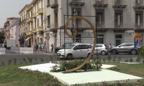 Crotone, il nuovo look di piazza Pitagora infiamma i social e accende lo scontro politico
