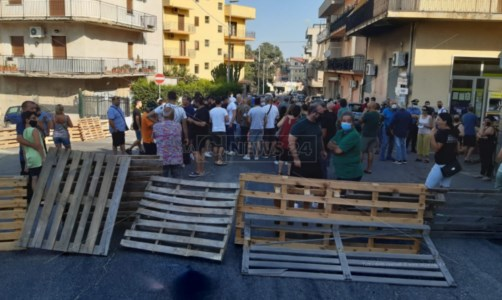 L'emergenza«Acqua o guerra»: a Reggio Calabria barricate e cittadini in protesta