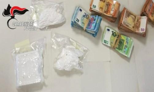 Beccato con cocaina e 45mila euro nello zaino: calabrese arrestato nelle campagne di Foggia
