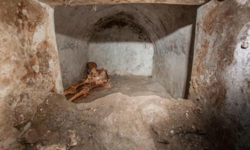 Straordinario rinvenimentoPompei, scoperta una tomba unica con un corpo semi mummificato