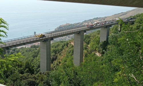 Incidente a Guardia Piemontese, 3 feriti e traffico in tilt: l'elicottero atterra sul viadotto