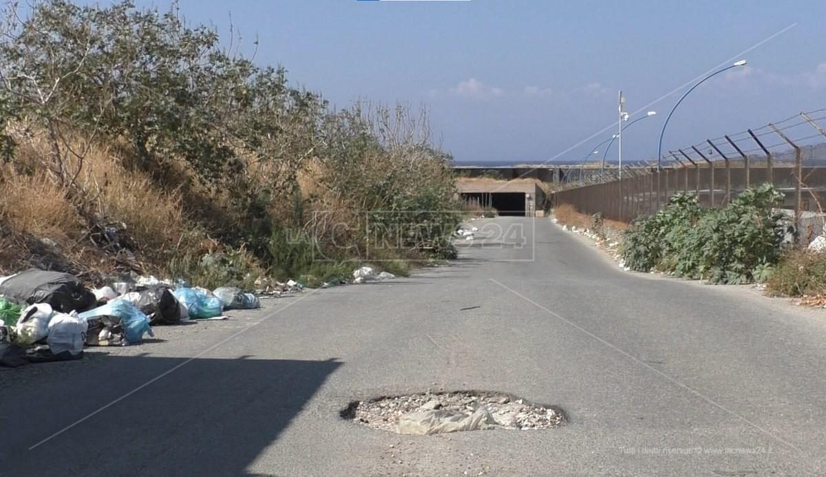 Reggio, strada di accesso alla spiaggia La Sorgente