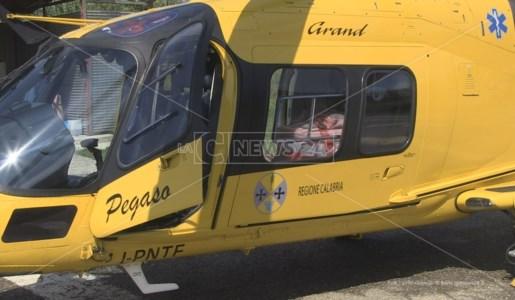 Uno degli elicotteri in servizio sui cieli della Calabria