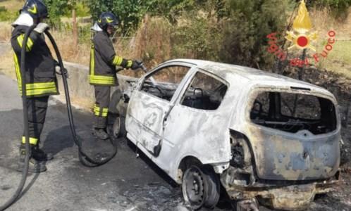 Il drammaAnziana muore carbonizzata in auto, il racconto della sopravvissuta: «Grazie all'eroe che mi ha salvata»